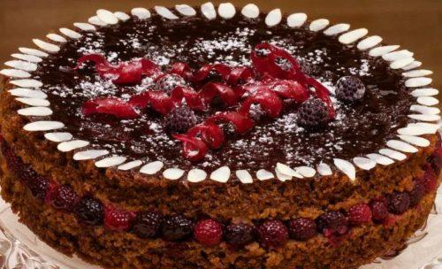 Постный шоколадный торт с малиной