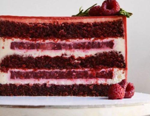 Торт с малиновым конфи и галета с малиновыми ягодами