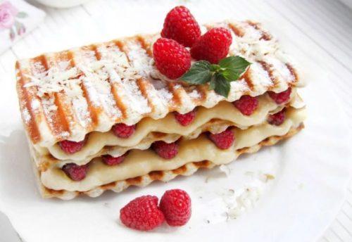 Вкусняшки со свежими малиновыми ягодами и со сливками